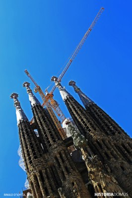 Hola Barcelona! The Sagrada Familia is unarguably one of Barcelona's most iconic monuments. Conceptualised by the Catalan architect Antoni Gaudi (1852-1926), the Basilica in Barcelona still remains a work in progress. I so love to imagine this as a story of my own life. Keep walking.